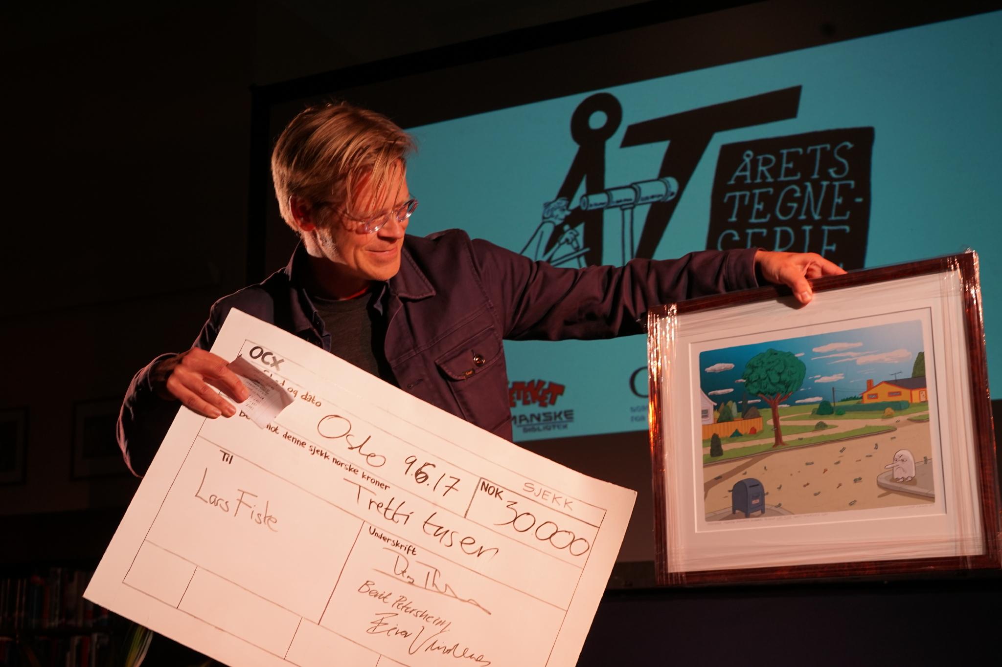 Lars Fiske med Årets tegneserie (foto: Kenneth Korstad/Deichmanske bibliotek)
